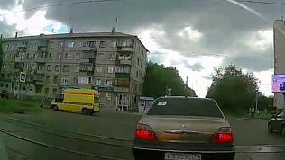 Момент аварии, где скорая помощь сбила велосипедистку, попал на видео