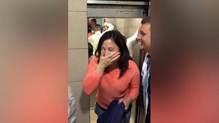 «Лифт резко ускорился и раздался сильный хлопок». Заблокированные в лифте челябинцы пытались дышать сквозь двери