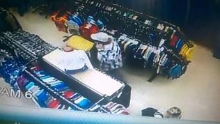 Посетитель магазина залез в детскую коляску и совершил кражу
