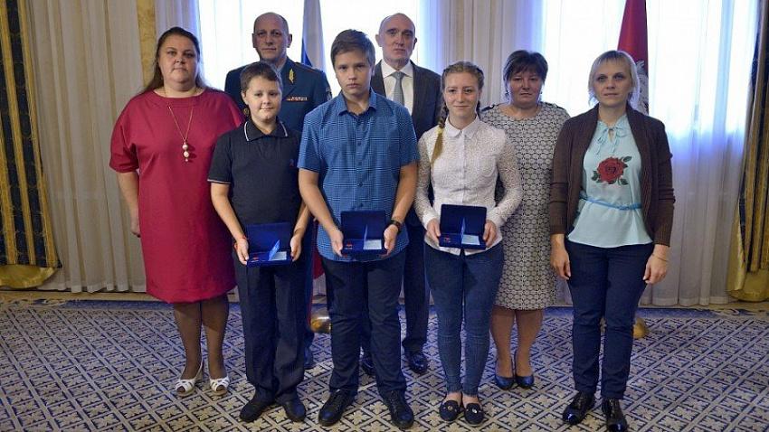 Борис Дубровский наградил трех подростков, спасших попавших в беду южноуральцев