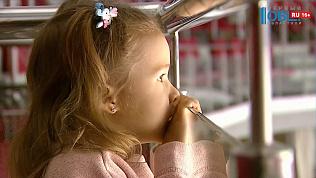 Плачущей девочке провели экскурсию по ледовой арене