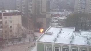 Пожарные вырезали горящие внутренности иномарки, чтобы потушить ее