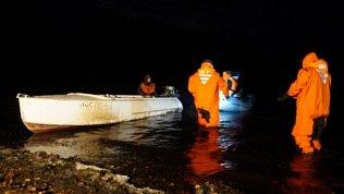 Спасатели продолжают поиски перевернувшихся на лодке людей