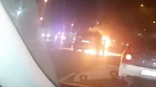 Из-за горящего автомобиля в Челябинске перекрыли дорогу