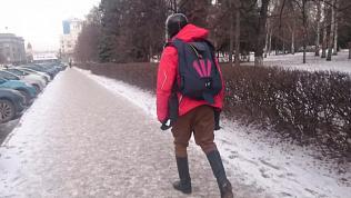 Иностранец в шлеме и с парашютом ходит по Челябинску. Видео
