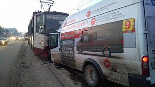 Лобовое столкновение маршрутки и трамвая на Алом поле. Видео