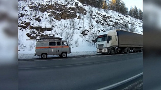 Спасатели помогли замерзающему дальнобойщику