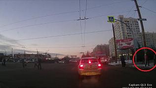Прохожие утащили новогоднее дерево с ёлочного базара на «северке» Челябинска
