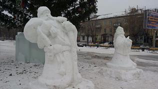Снежный Дед Мороз сломался «под тяжестью подарков» в Чебаркуле