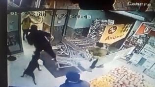 Посетители супермаркета таранили продуктового грабителя тележками