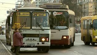 На площади Революции троллейбусы потеснили маршрутки