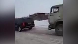 Внедорожник протащил 20-тонный грузовик
