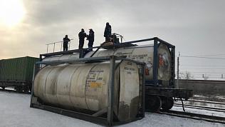 Спасатели провели экстренную перекачку химиката из поврежденной цистерны