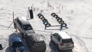 Дебошир разгромил автомобиль на парковке. Видео