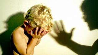 Била и бросала на морозе. 20-летнюю многодетную мать наказали за жестокое обращение с детьми