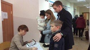 Капитан команды «Трактор» Александр Шинин голосовал с женой и детьми