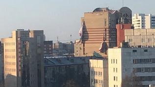 Штормовой ветер уничтожил рекламный баннер в Челябинске