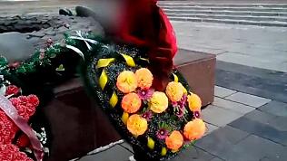 Женщина бросила траурный венок в Вечный огонь в центре Челябинска