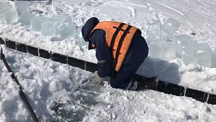 Спасатели вступили в борьбу со льдом