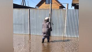 На разлив воды пожаловались также жители поселка Большие Харлуши