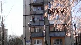 Мужчина, свисающий с балкона третьего этажа, попал на видео