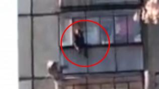 Неадекватный мужчина ворвался в квартиру челябинки, повис на балконе и попал на видео