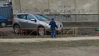 Двое детей закидали припаркованную машину песком
