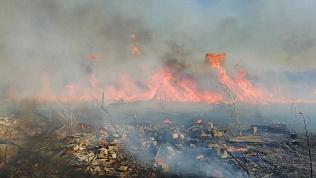 Огонь подступает близко к жилым объектам и хозяйственным постройкам