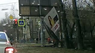 Рекламная растяжка упала на женщину с ребенком