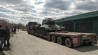 Потерявшийся во время ВОВ танк на тягаче везут в Верхний Уфалей