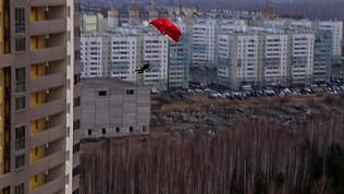 Челябинец спрыгнул с крыши высотки с советским флагом. Видео