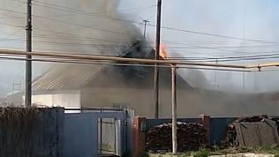 Пожар уничтожил дома и хозяйственные постройки в Металлургическом районе