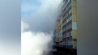 Струя горячего «фонтана» поднялась в воздух до уровня верхних этажей