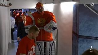 Голкипера сборной России Василия Кошечкина вывезли на лед в тележке