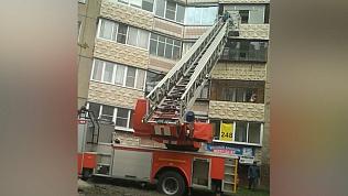 Пожилую женщину спасали с козырька балкона