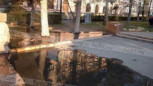 Вода поющего фонтана затопила площадь Революции в Челябинске