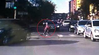 Велосипедист упал с двухколесного друга из-за ямы на дороге
