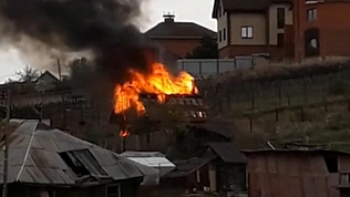 Пожар охватил деревянную баню рядом с озером Тургояк