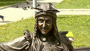 Памятник Бабе-Яге установили возле Театра кукол