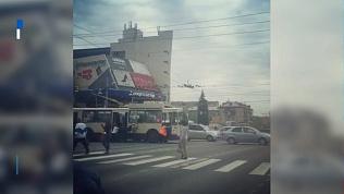 Пассажиры сдвинули с места троллейбус в центре города