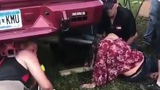 Любопытная американка застряла в выхлопной трубе пикапа