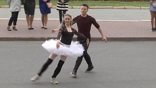 Артисты челябинского театра устроили флешмоб в балетных пачках и кожаных куртках