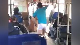 Молодой человек в трусах поразил своими танцами пассажиров автобуса