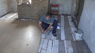 Оставшийся без крыши над головой погорелец заново отстраивает жилище