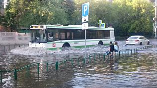 Наводнение в Москве: 10-минутный ливень затопил город