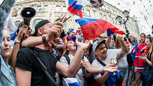 Болельщики отмечают выход сборной России в четвертьфинал ЧМ-2018