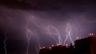 Страшно красиво: в сети появились кадры свирепой грозы над Челябинском