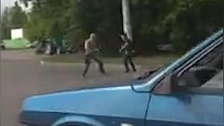 Разъяренные водители устроили жестокую драку на дороге и попали на видео