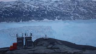 Огромный айсберг откололся от Гренландии и попал на видео