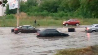 «По волнам»: челябинцы поделились видео городского потопа